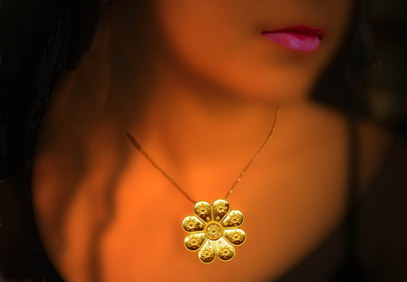 22k gold chain necklace with a rosette shaped pendant, decorated with filigree and speckles