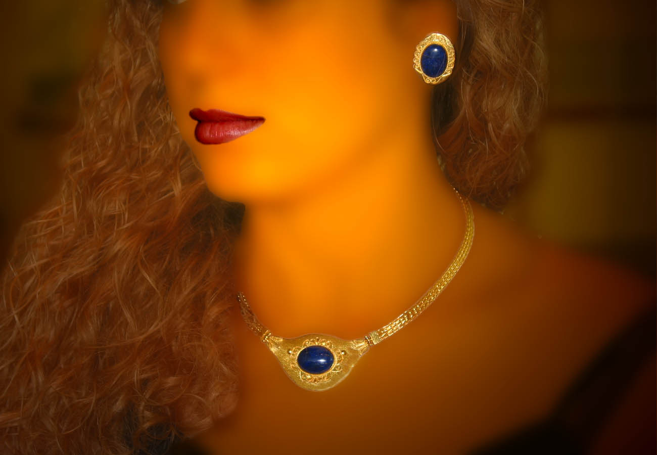 22k gold necklace with chain strap decorated with semi-precious stone and repeated engraving motif