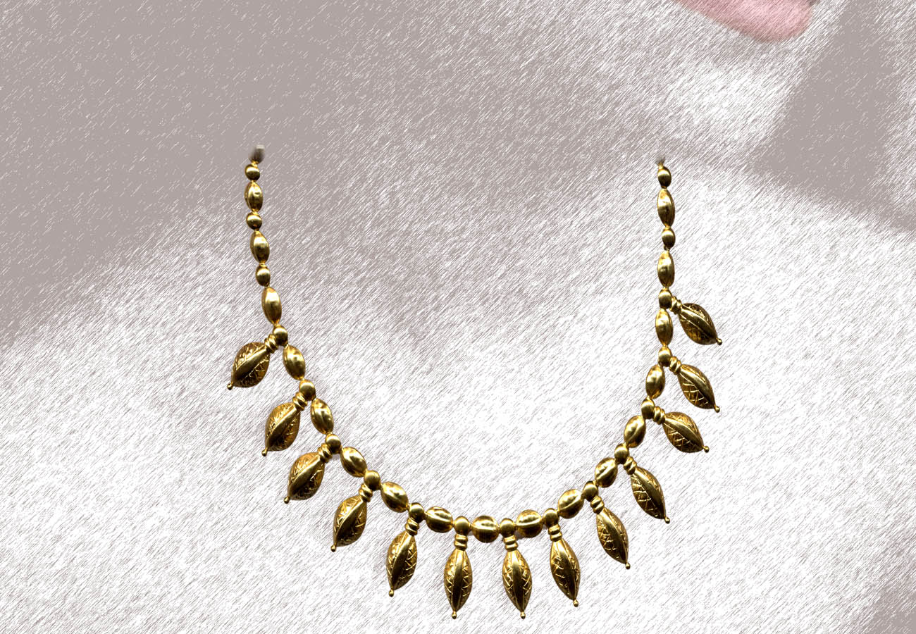 22k gold necklace with seed-like pendants, from Seven Brothers, Kurgan II 450 - 425 BC