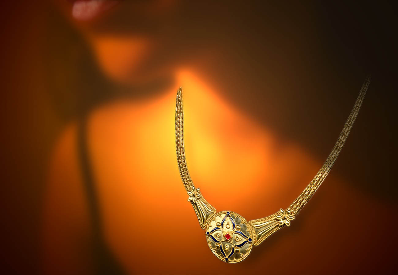 22k yellow gold necklace with chain strap decorated using the art of wire designs and speckles