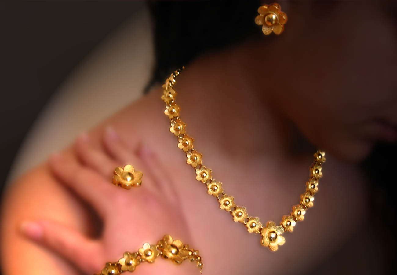 Creation in 18k gold with repeated motif of flowers-rosettes