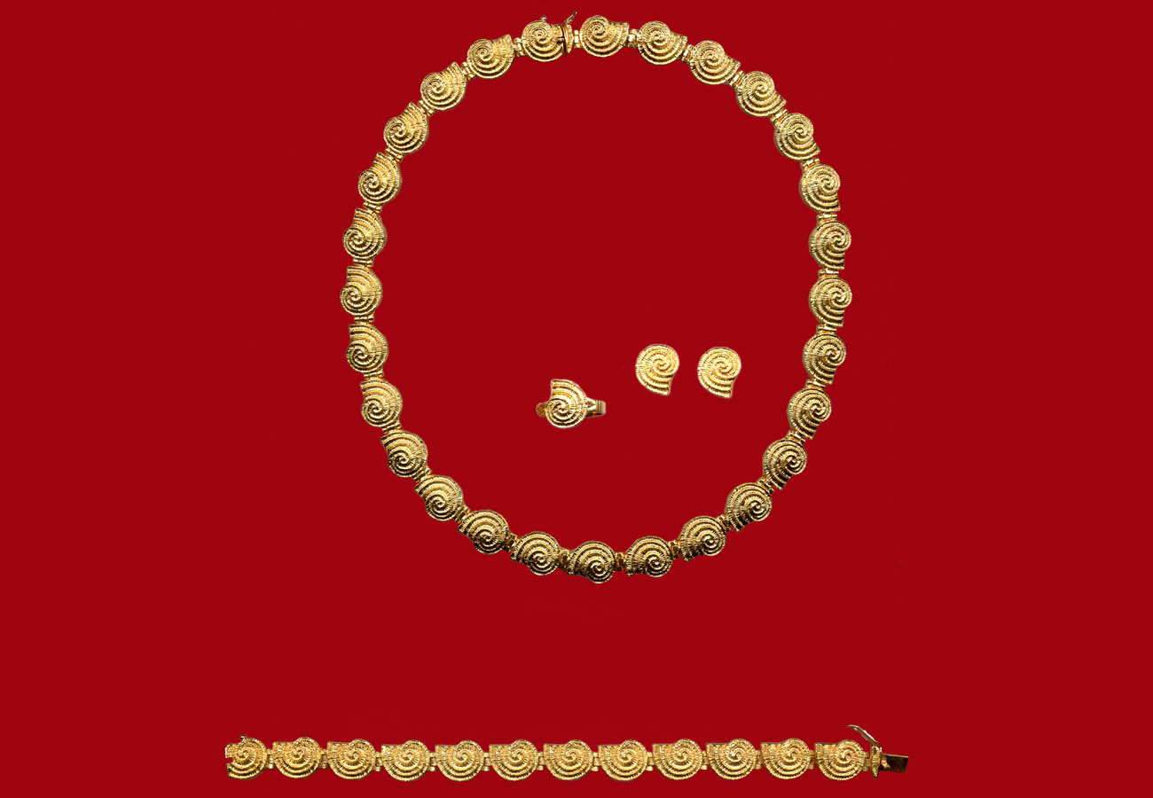 Creation in 18k gold with the repeated motif of spiral