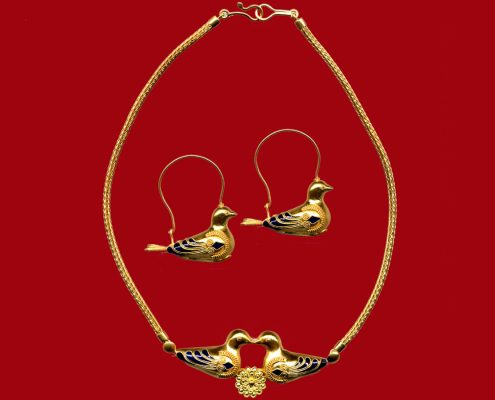 Creation in 22k gold presenting birds, connected in the middle of the necklace with a rosette