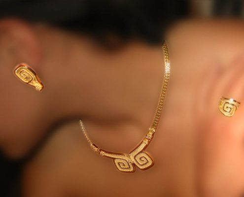 Gold creation in 18K with chain that ends in the famous Greek key design