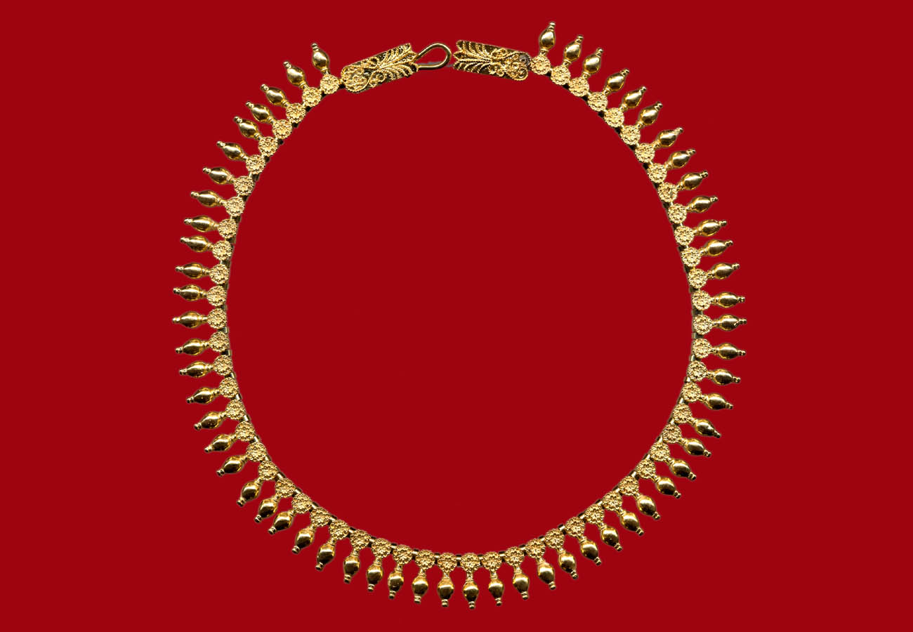 Gold necklace with rosettes and vase shaped pendants, 330 BC, Thessaloniki Archaeological Museum