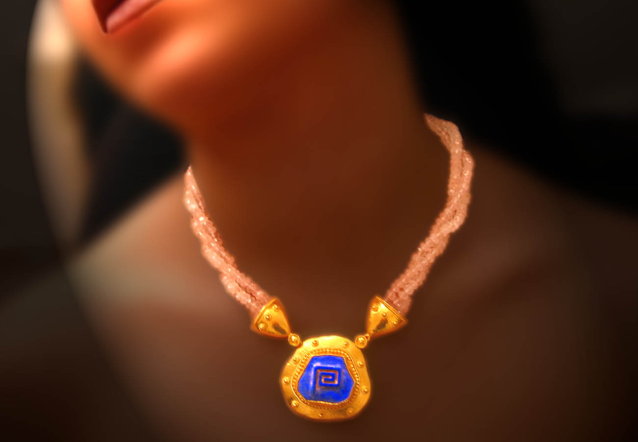 Necklace in 22K yellow gold with triple chain braiding from semi precious stones