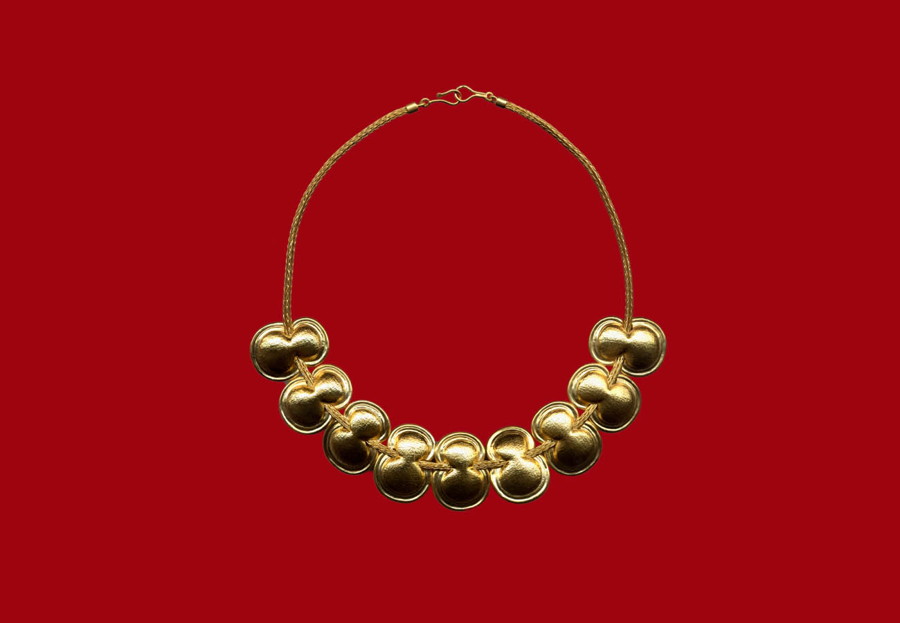 Necklace of 22k gold chain and repeated motifs in the form of an eight-shaped shield