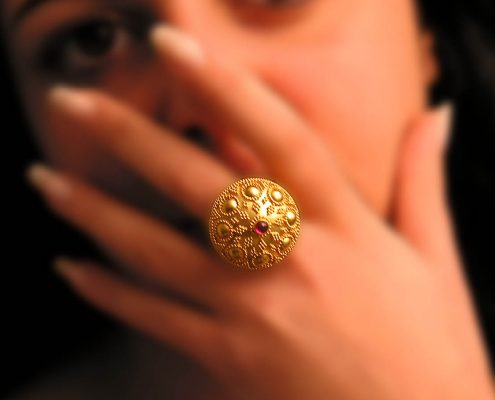 Ring in 22k gold decorated with precious stone