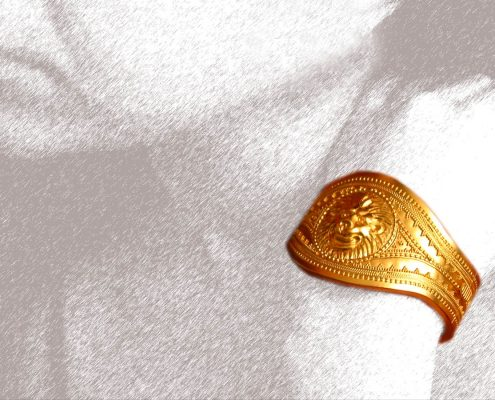 22k gold bracelet with an embossed lion's head decorated with wire designs and speckles