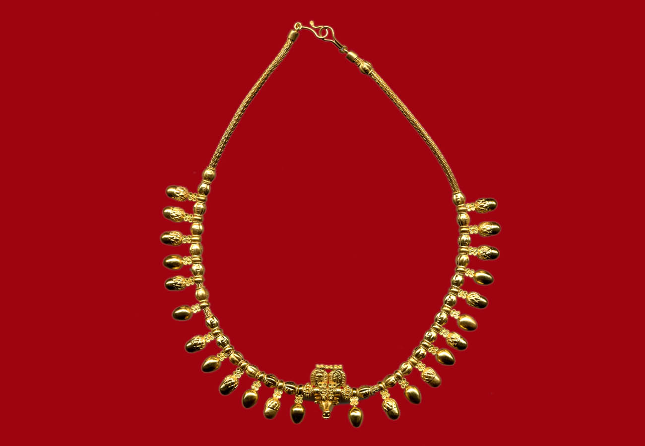 22k gold necklace with acorns and bullhead, first quarter of 5th century BC, Grave at Eretria